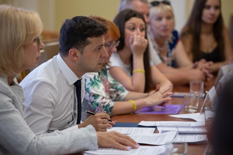 Володимир Зеленський зустрівся з родинами моряків, затриманих біля Керченської протоки